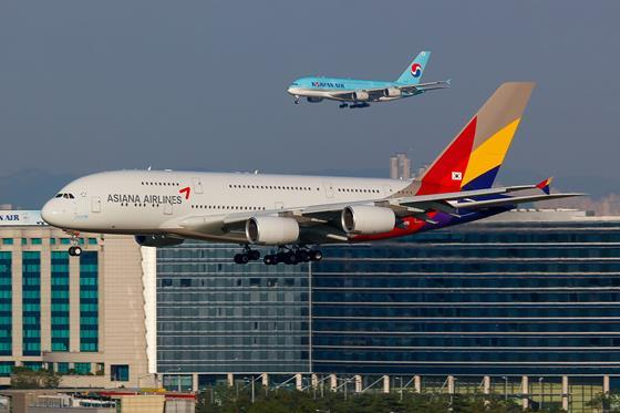 Asiana_Airlines_and_Korean_Air_Airbus_A380s_on_finals_at_Seoul_Incheon
