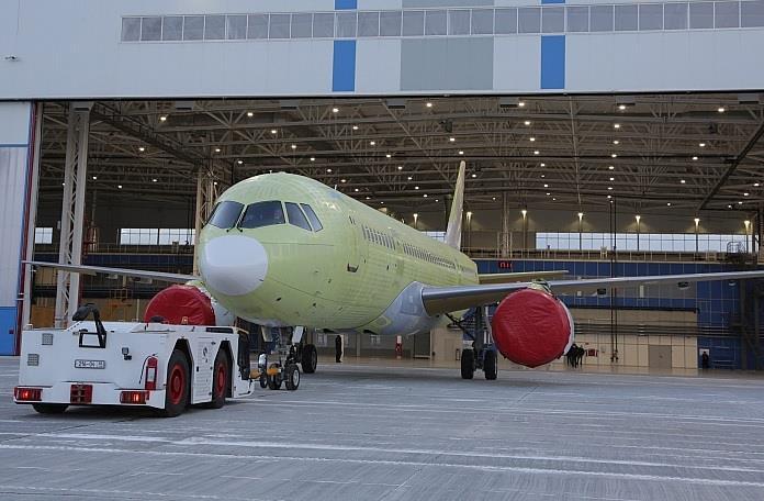 طائرة ركاب روسية جديدة تكمل أولى رحلاتها - صفحة 2 74638_mc21310withpd14enginescirkut_389135