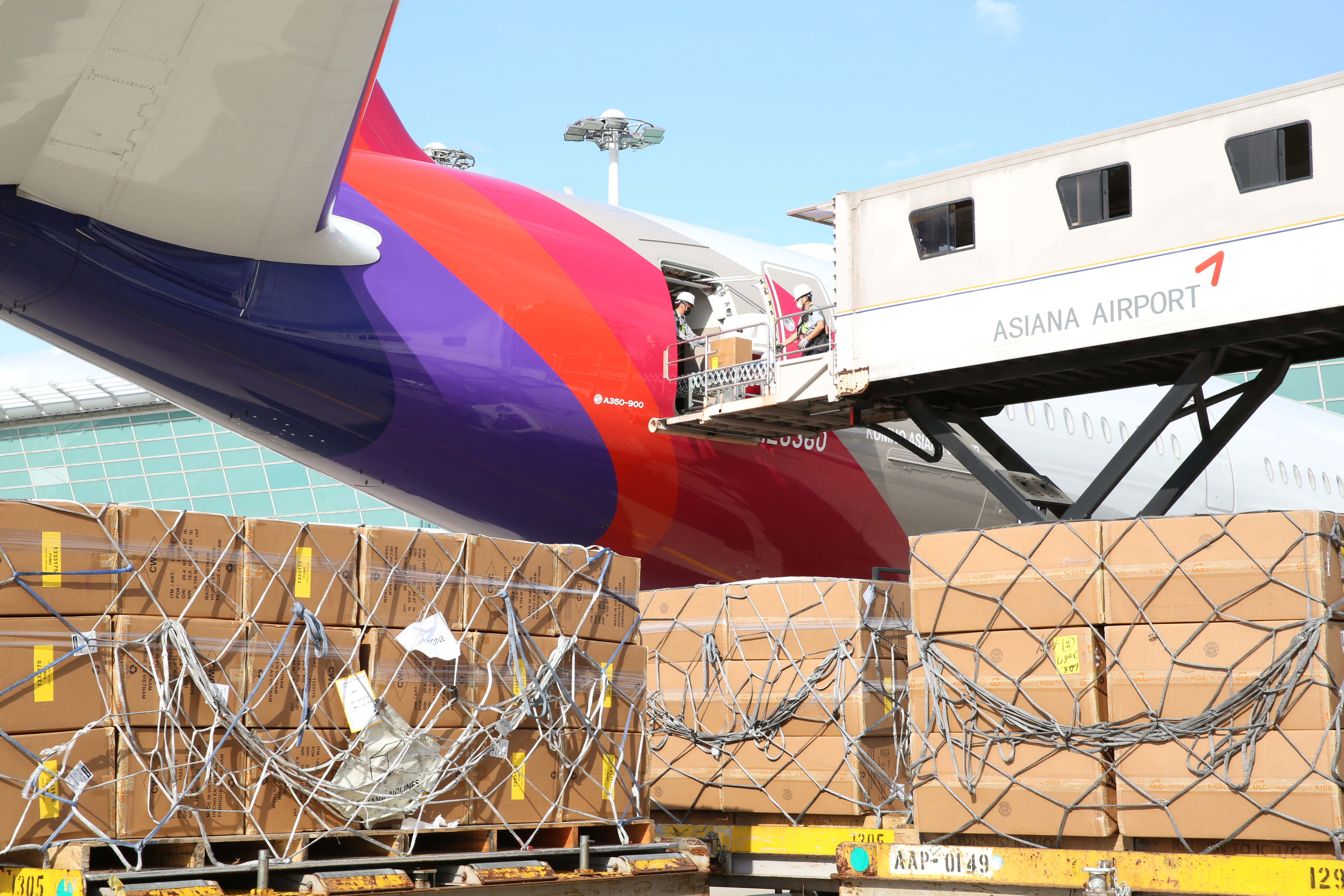 Asiana modifies two passenger A350s for freighter operations